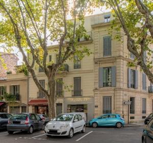 <span>6, place Duguesclin – Nîmes</span><i>→</i>