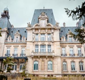 <span>Le Château de Mercy</span><i>→</i>